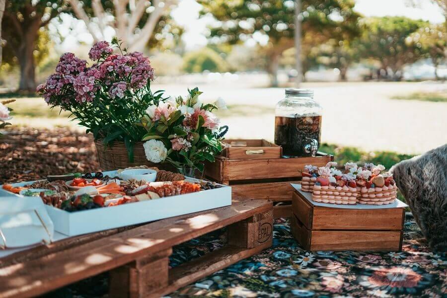 decoração de piquenique com caixotes de feira Foto Unsplash