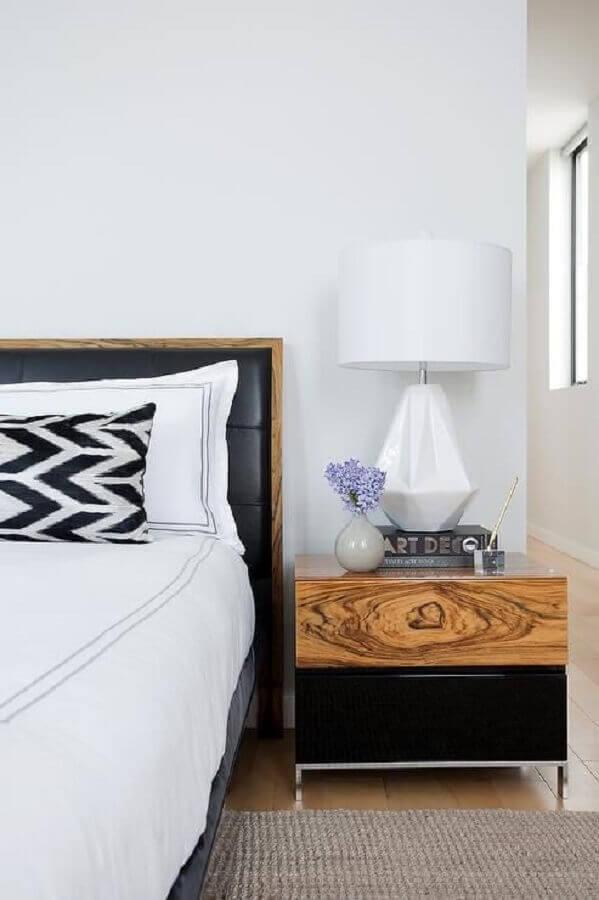 decoração de quarto branco com cabeceira preta com detalhe em madeira  Foto DecorPad