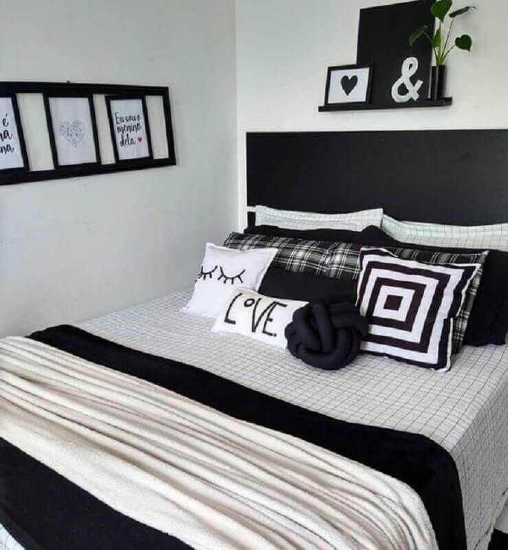 decoração de quarto branco com cabeceira preta de madeira  Foto Pinterest