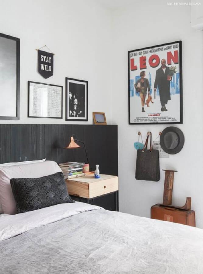 decoração de quarto branco com vários quadros e cabeceira preta de madeira  Foto Histórias de Casa