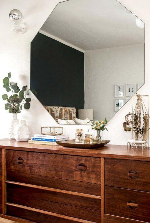 decoração de quarto com espelho de parede hexagonal e cômoda de madeira  Foto Pinterest