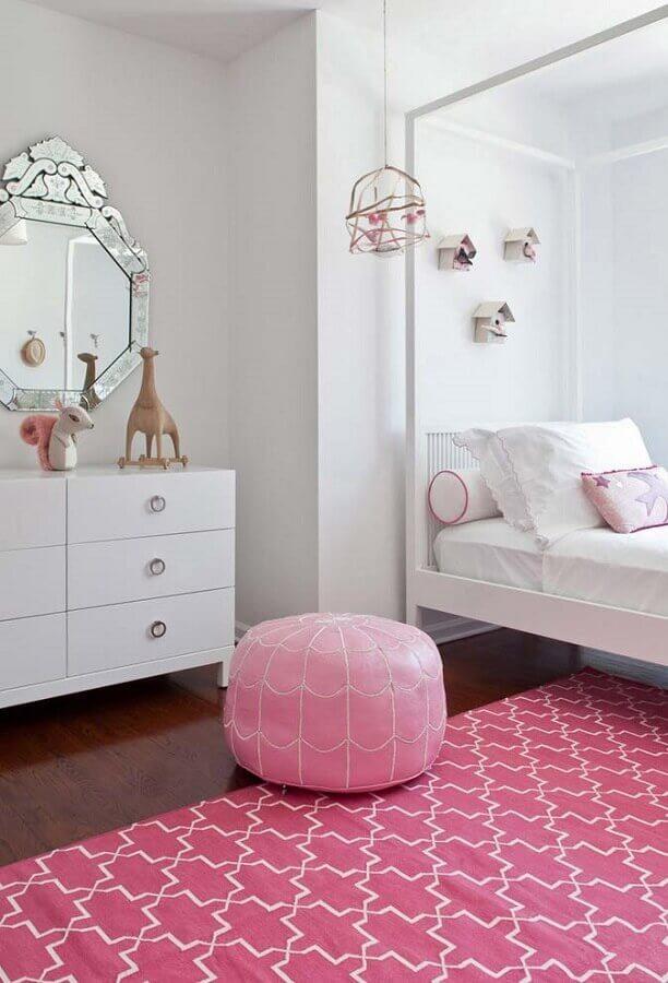 decoração de quarto feminino branco e rosa com espelho de parede sem moldura com estilo clássico  Foto Apartment Therapy