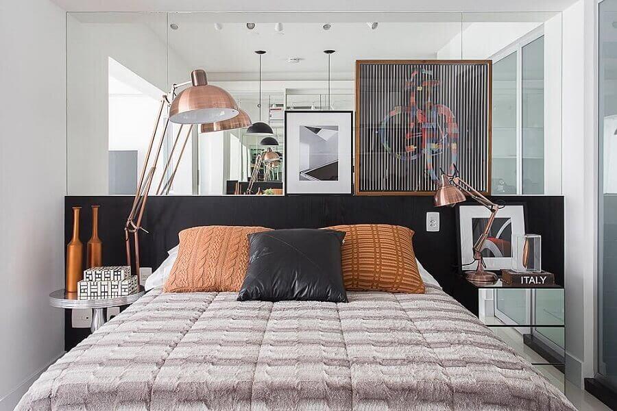 decoração de quarto planejado com parede espelhada e cabeceira preta de madeira  Foto Casa de Valentina