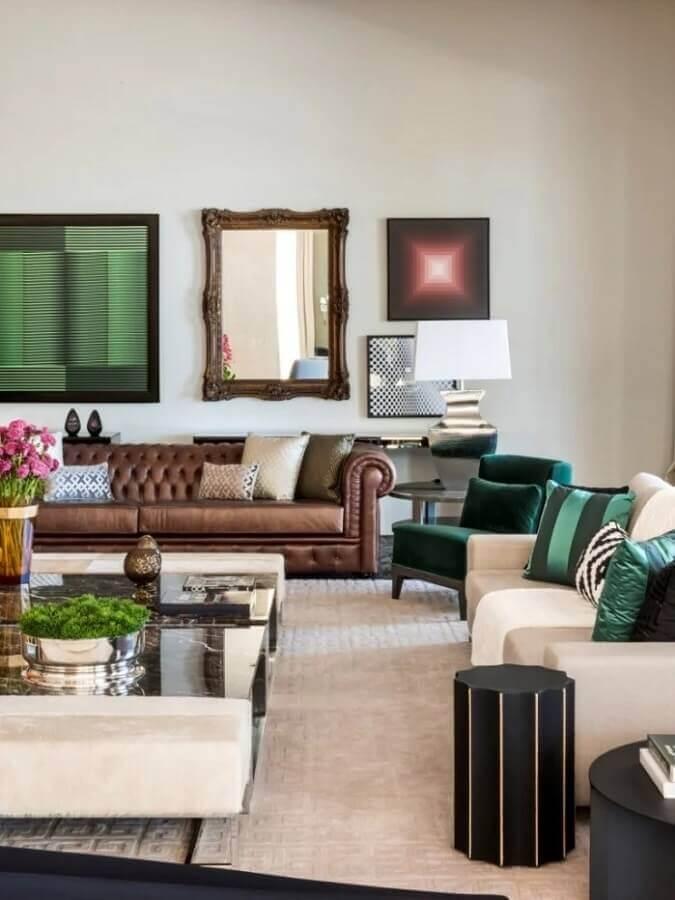 decoração de sala ampla com sofá marrom chesterfield e poltronas brancas e verde  Foto Maurício Karam