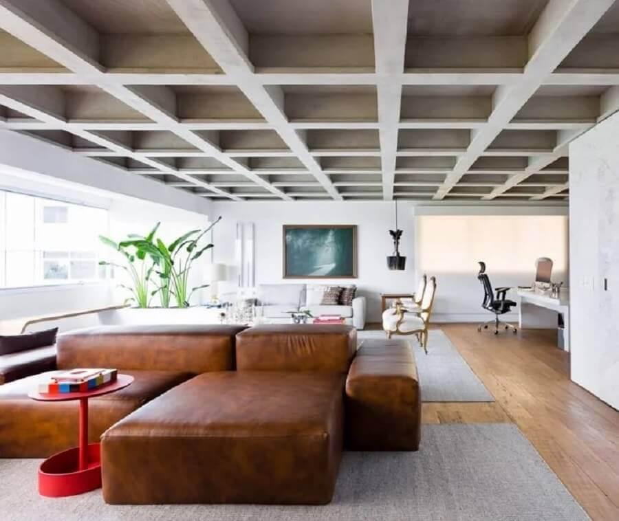 decoração de sala ampla com sofá marrom moderno  Foto Suite Arquitetos