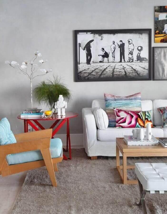 decoração de sala cinza com sofá branco e poltrona colorida azul de madeira  Foto Home Fashion Trend