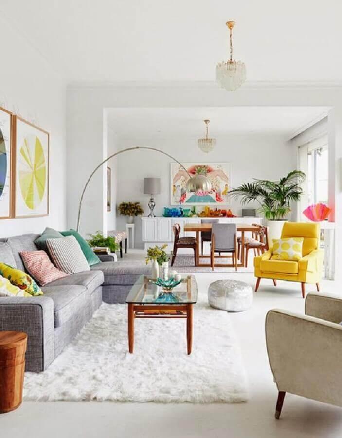 decoração de sala clean com poltrona colorida amarela e sofá cinza com chaise Foto Casa de Valentina
