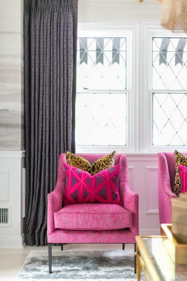 decoração de sala com cortina cinza e poltrona rosa pink Foto Apartment Therapy