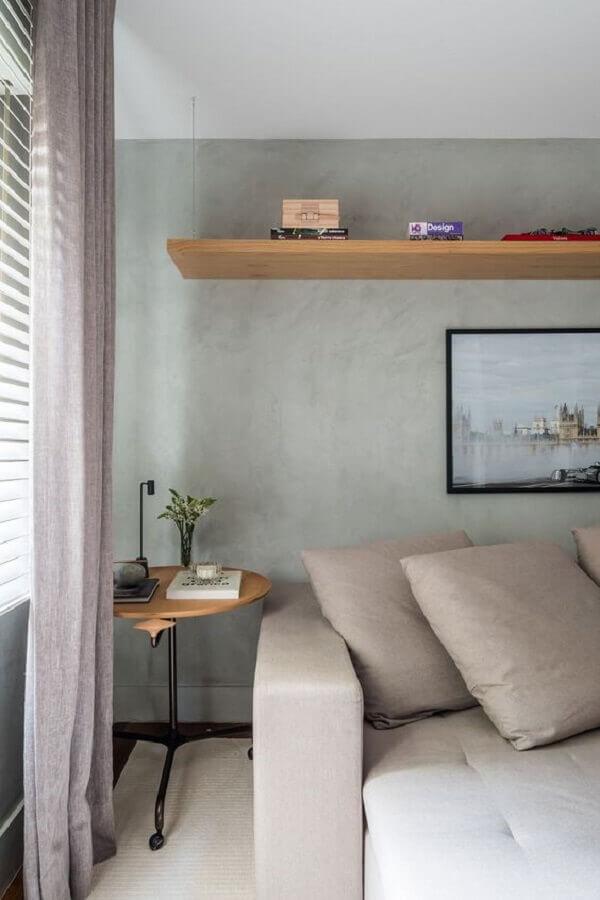 Mesa lateral alta ao lado do sofá