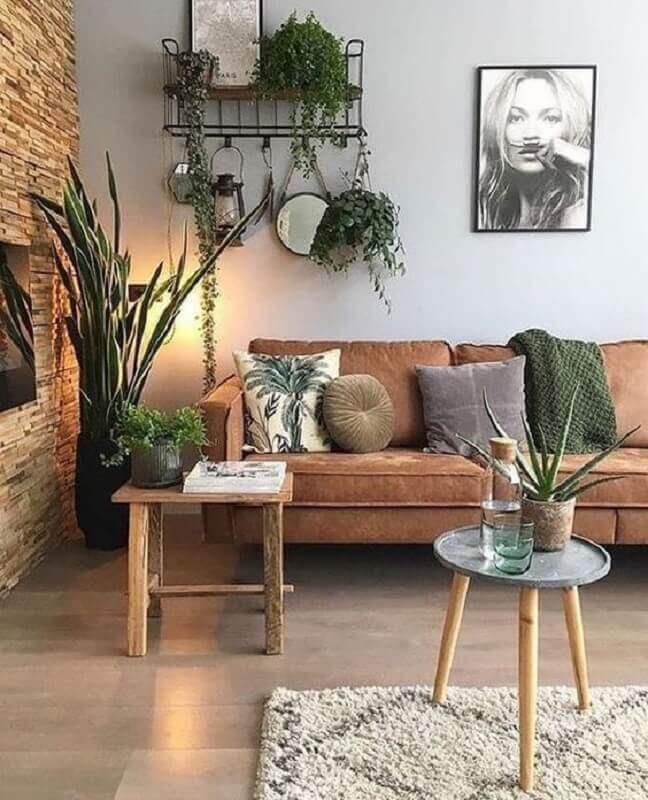 decoração de sala com parede rústica e sofá marrom  Foto Pinterest