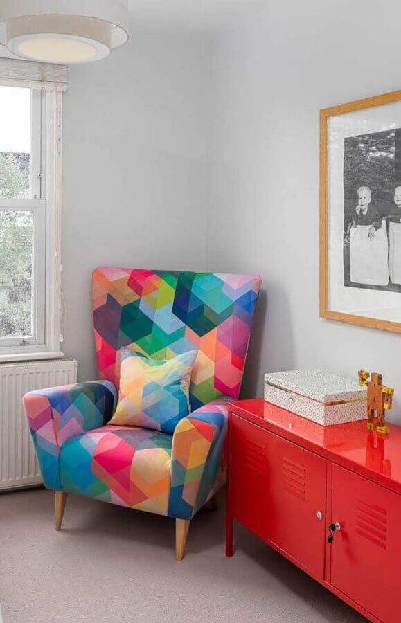 decoração de sala com poltrona colorida e buffet vermelho  Foto Pinterest