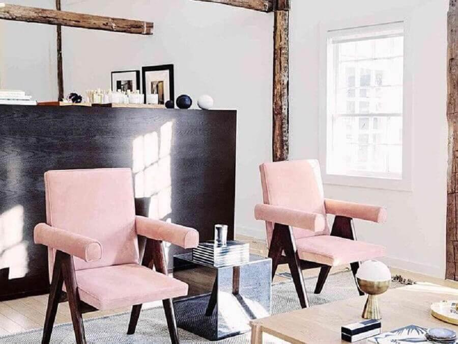 decoração de sala com poltrona rosa de madeira Foto MyDomaine