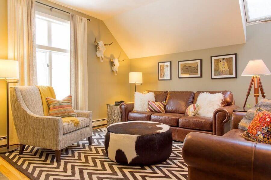 decoração de sala com sofá de couro marrom e tapete chevron Foto Pinterest