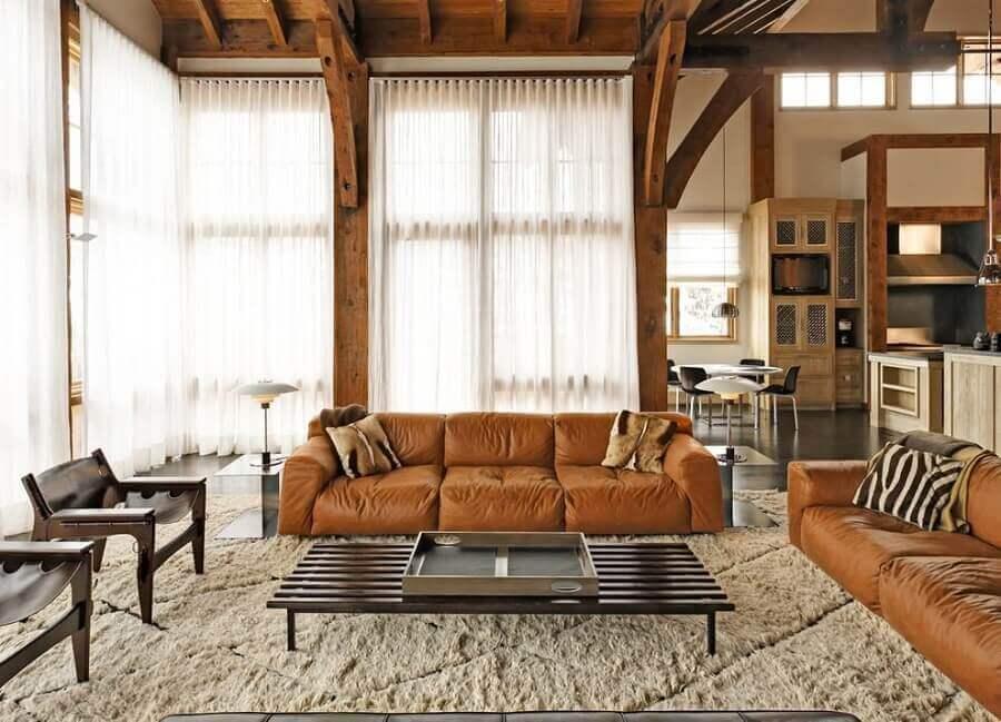 decoração de sala com sofá marrom claro e poltronas de madeira Foto HomeAdore