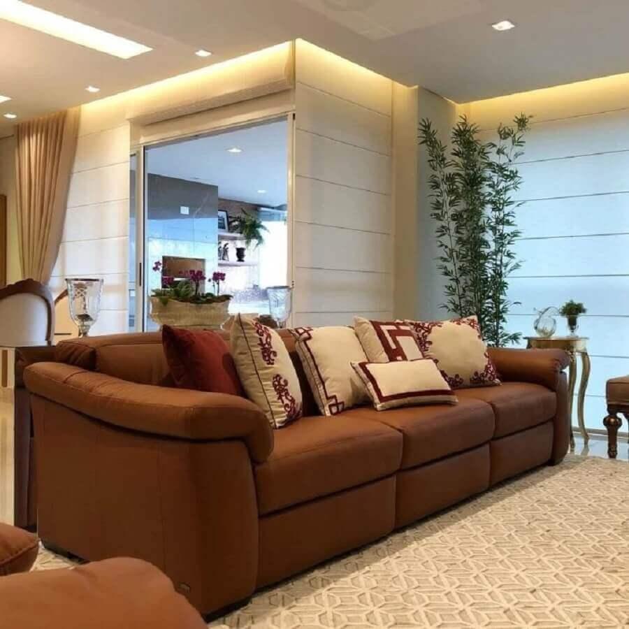 decoração de sala com sofá marrom com almofadas