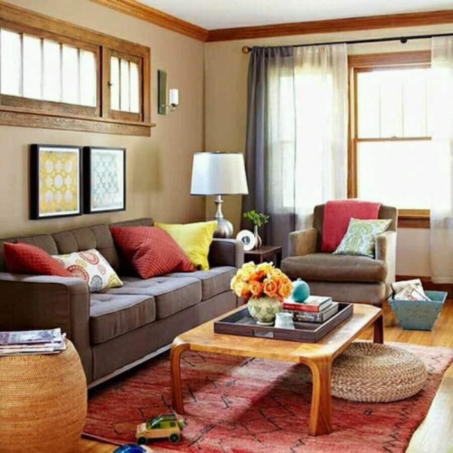 decoração de sala com sofá marrom com almofadas coloridas  Foto Jeito de Casa