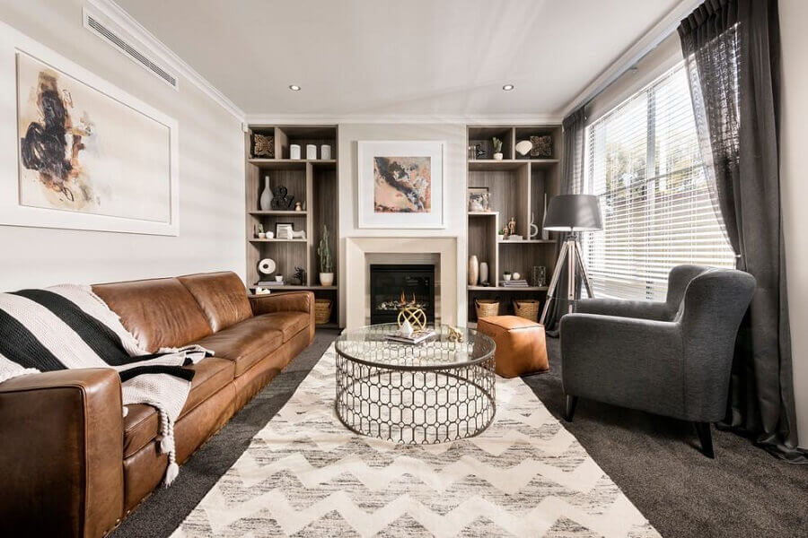 decoração de sala com sofá marrom de couro e poltrona cinza  Foto Behance
