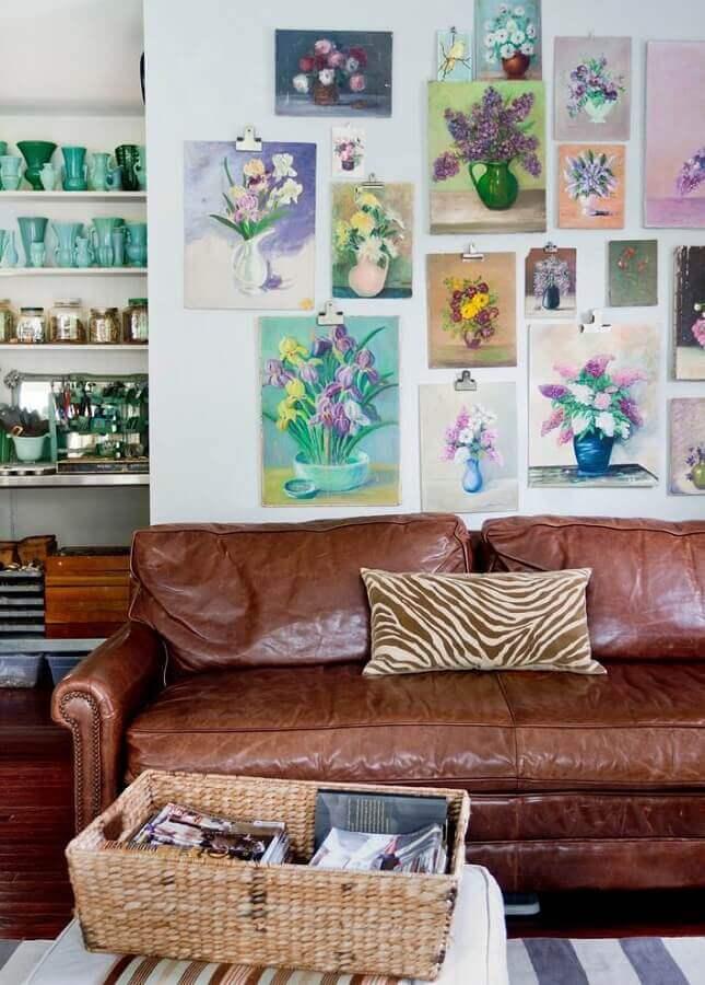 decoração de sala com sofá marrom de couro e quadros de flores na parede Foto Pinterest