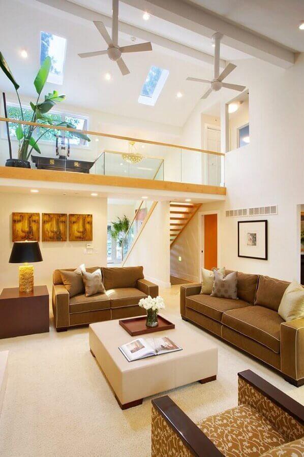 decoração de sala com sofá marrom e tapete bege Foto Houzz