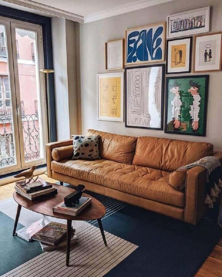 decoração de sala com sofá marrom e vários quadros de parede Foto Article