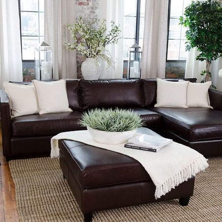 decoração de sala com sofá marrom escuro e almofadas bege  Foto Pinterest