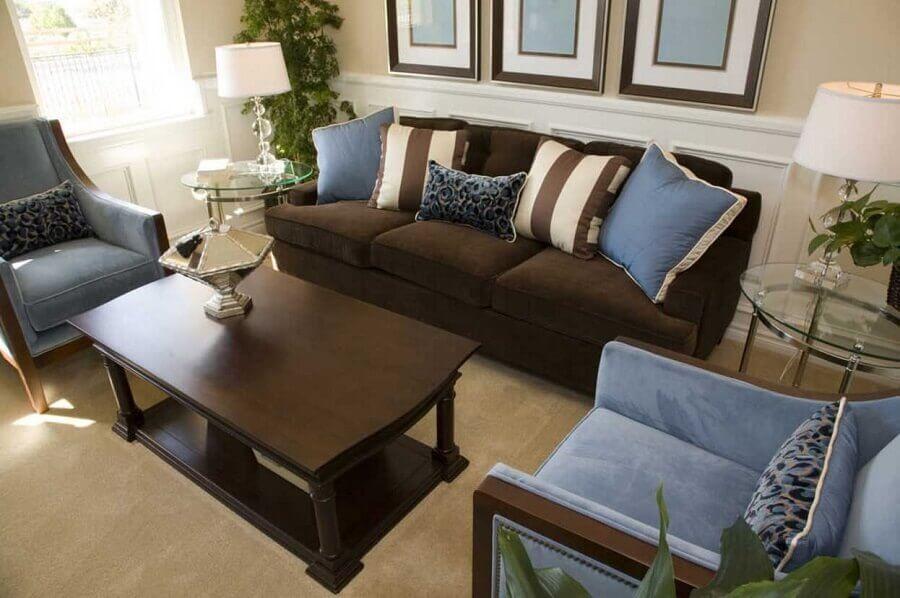 decoração de sala com sofá marrom escuro e poltrona azul  Foto Pinterest