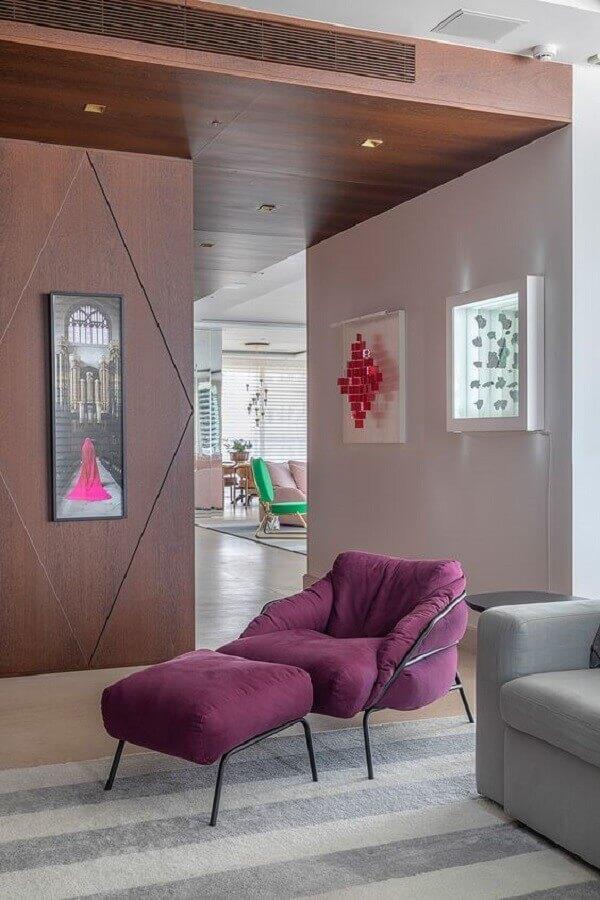 decoração de sala moderna com poltrona colorida roxa  Foto Casa de Valentina