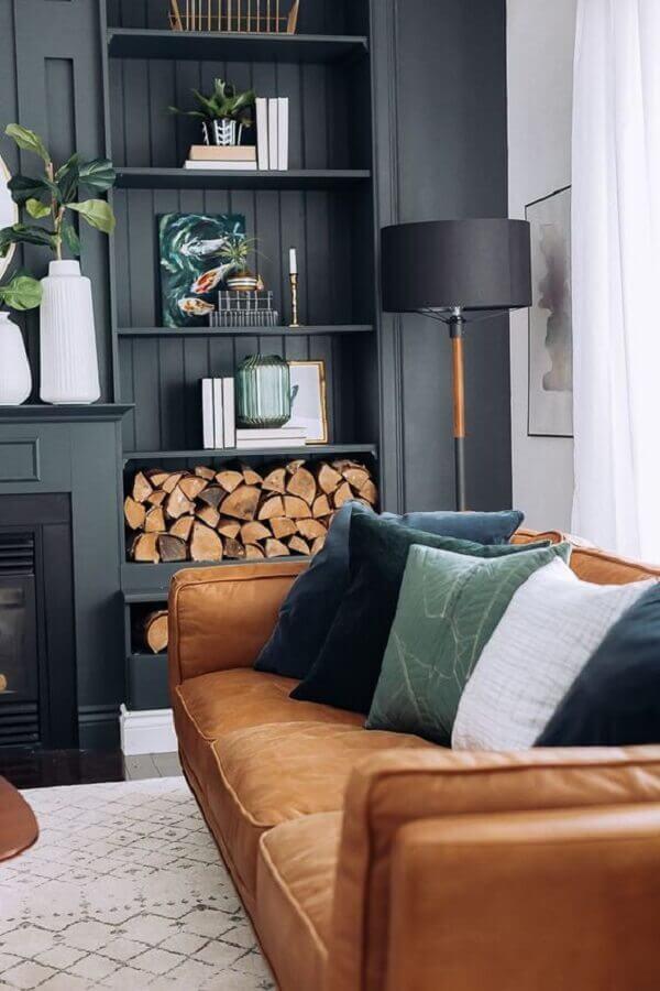 decoração de sala preta com sofá marrom com almofadas em cores neutras  Foto Art Gallery