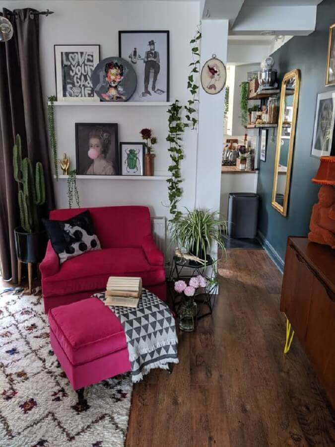 decoração de sala simples com poltrona cor de rosa com puff Foto Mineheart Limited