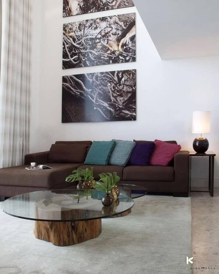 decoração de sofá marrom escuro com almofadas coloridas  Foto Kormam Arquitetos