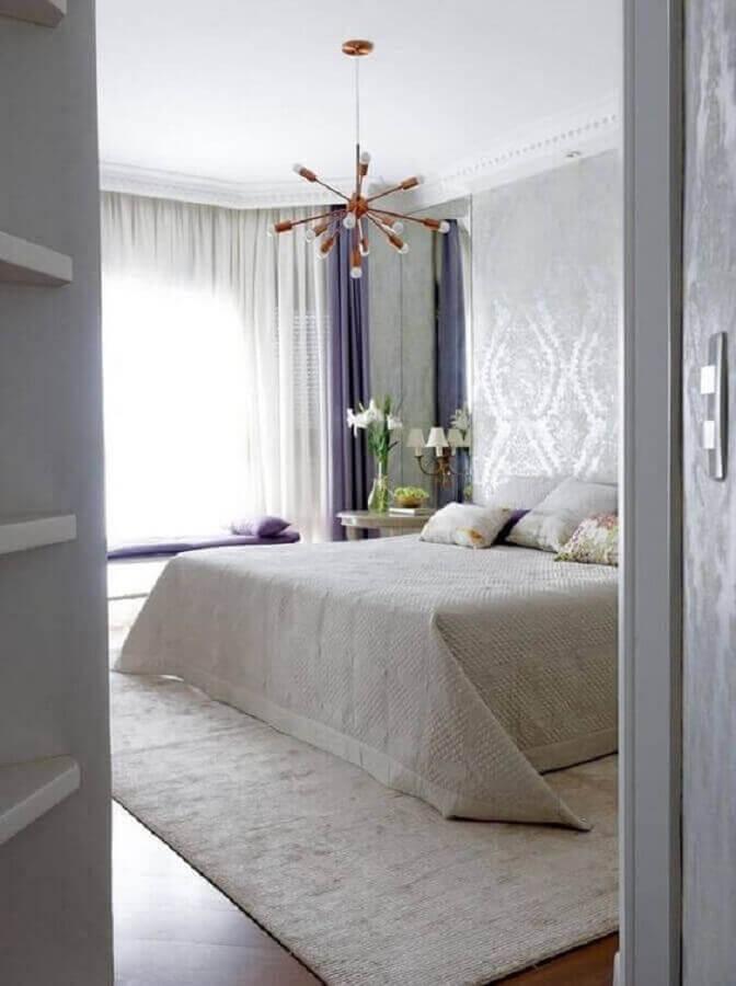 decoração em branco e lilás com lustre pendente para quarto de casal Foto Pinterest