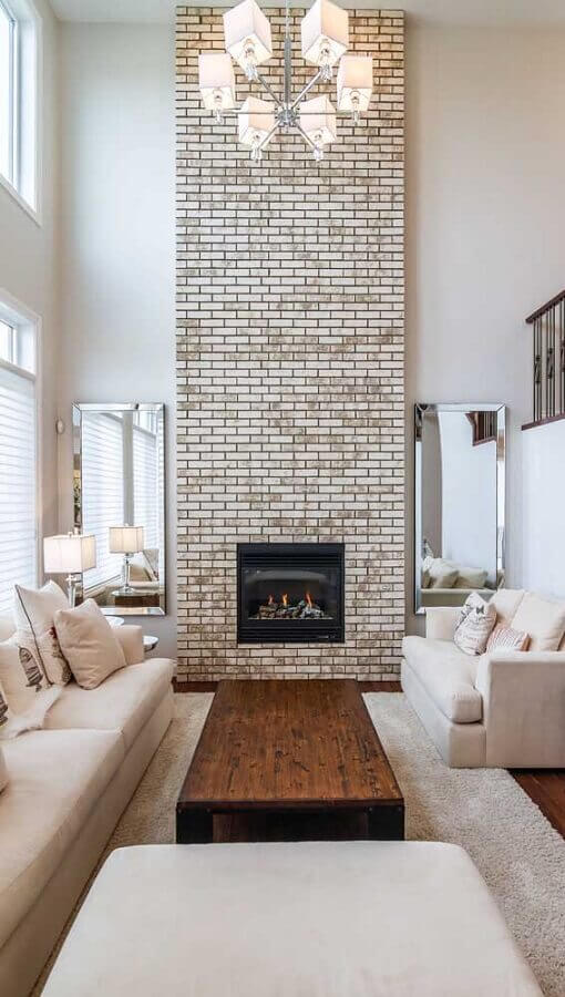 decoração em tons de bege com espelho para parede de sala de estar sofisticada com lareira Foto Apartment Therapy