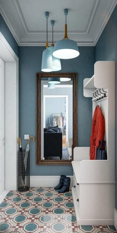 decoração hall de entrada apartamento pequeno azul com porta guarda chuva e espelho de parede Foto Apartment Therapy