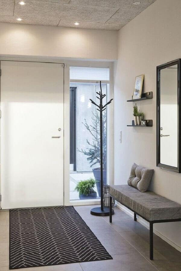 decoração hall de entrada com espelho simples e banco estofado Foto Jeito de Casa
