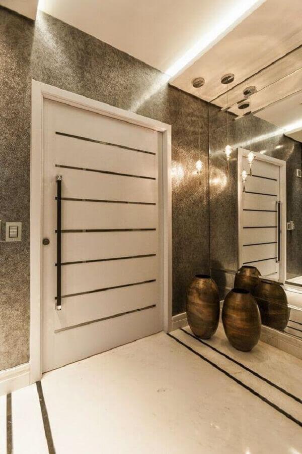 decoração hall de entrada com parede de espelho e vaso de chão Foto Casa Decorada