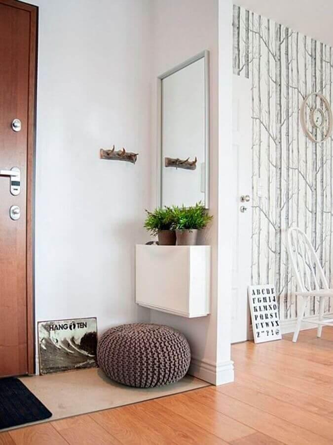 decoração hall de entrada pequeno branco com puff redondo de crochê e espelho de parede Foto Mi Casa Revista