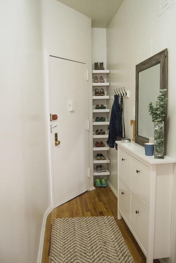 decoração hall de entrada pequeno e simples planejado com prateleiras para sapatos Foto Apartment Therapy