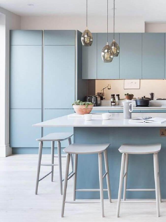 decoração minimalista com armário de cozinha azul claro com ilha Foto Behance