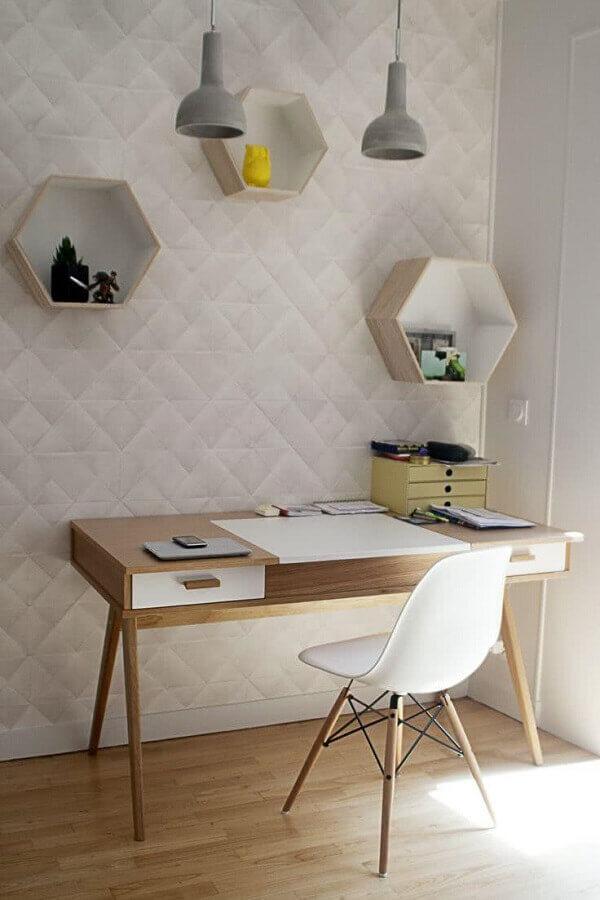 decoração minimalista com papel de parede 3D e mesa para home office com gaveta Foto Jeito de Casa