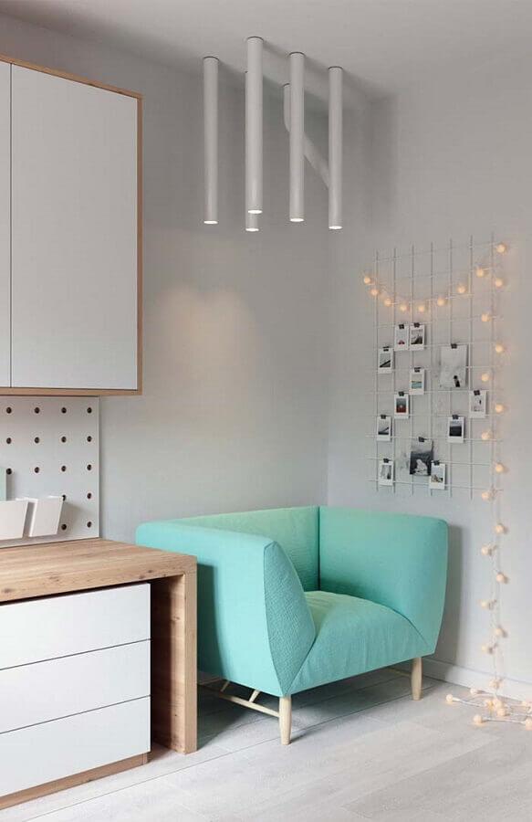 decoração minimalista com poltrona colorida moderna  Foto Pinterest