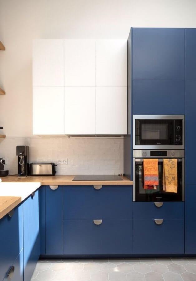 decoração moderna com armário de cozinha azul e branco com bancada de madeira  Foto Côté Maison