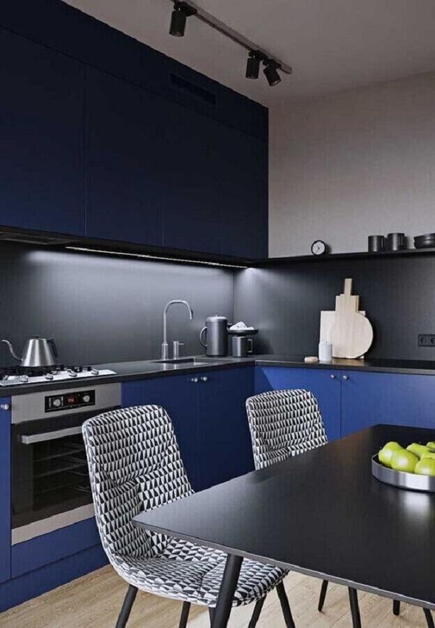 decoração moderna com armário de cozinha azul escuro Foto Mundo das Tribos