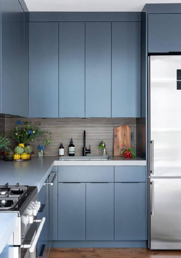 decoração moderna com armário de cozinha planejado azul de canto Foto Rue Magazine