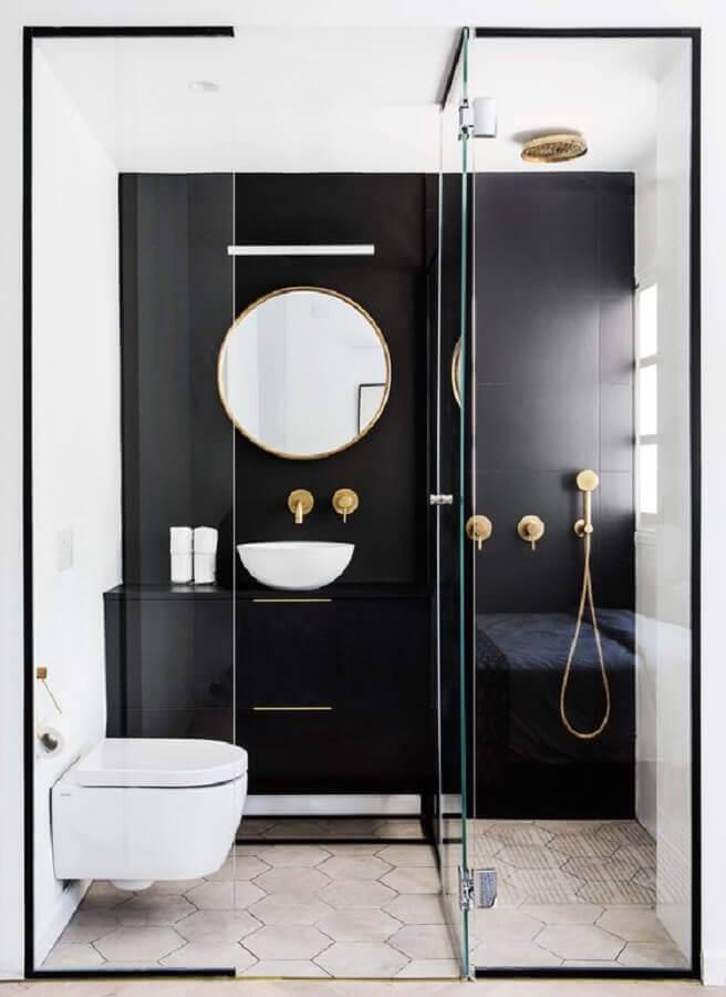 decoração moderna de banheiro preto e branco pequeno com detalhes em dourado  Foto Decostore