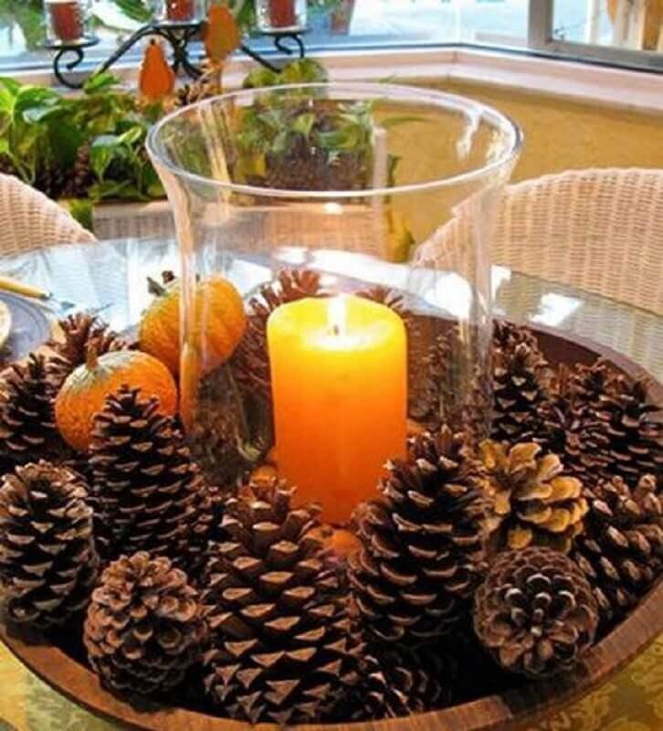 decoração rústica com arranjo de Natal com pinhas e vela  Foto Loving The Home Life