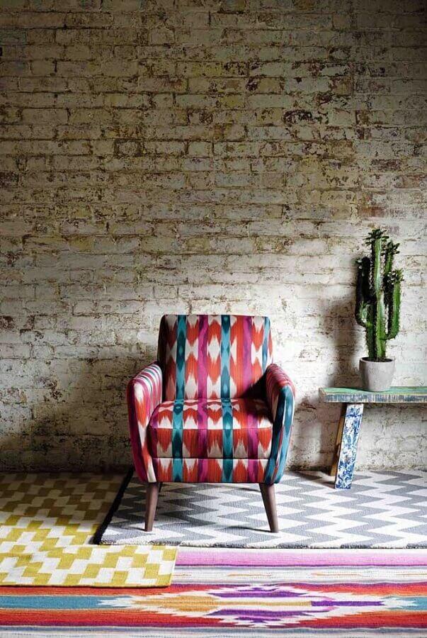 decoração rústica com poltrona colorida Foto Pinterest