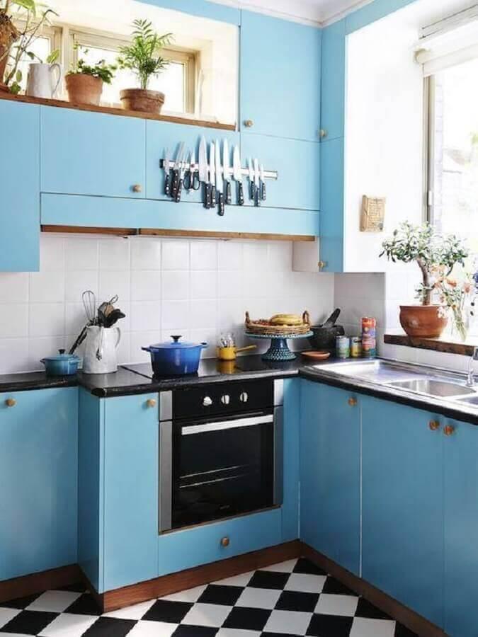 decoração simples com armário de cozinha planejado azul retrô  Foto Apartment Therapy