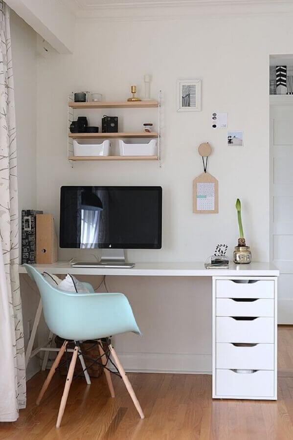 decoração simples com cadeira azul claro e mesa para home office com gavetas Foto Reciclar e Decorar