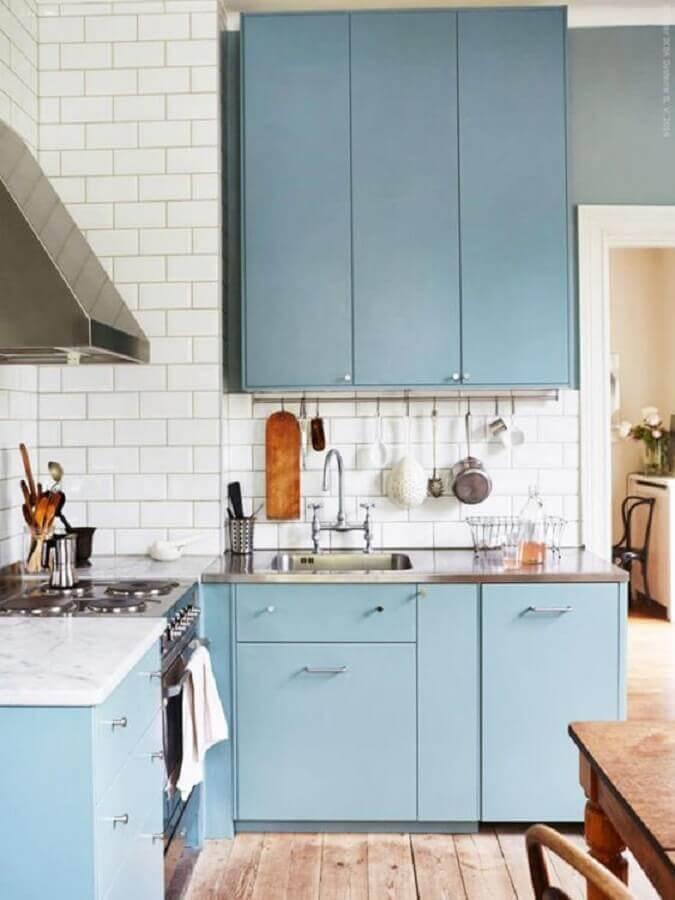 decoração simples com estilo retrô com armário de cozinha azul claro Foto Apartment Therapy