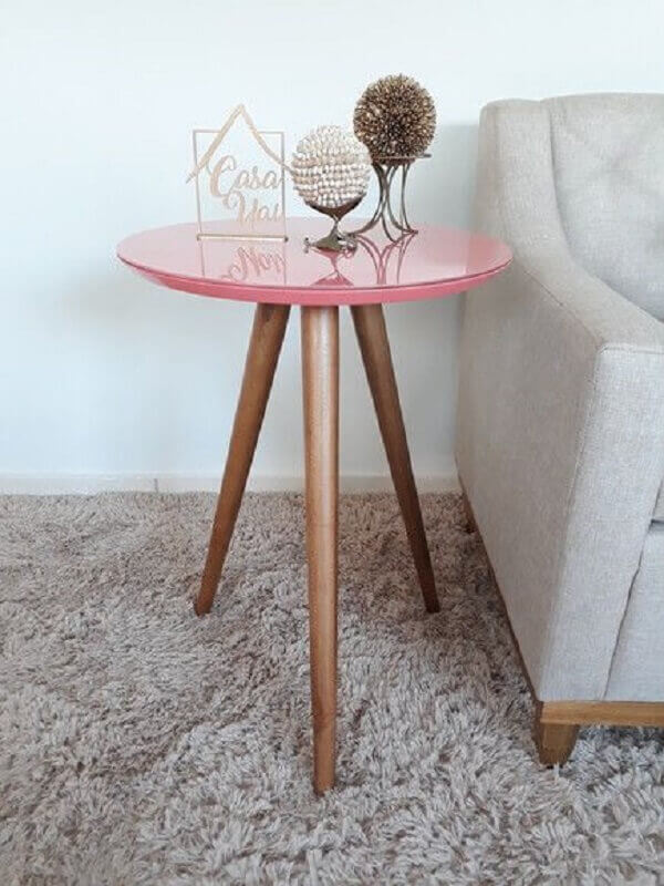 Decoração simples com mesa lateral alta rosa